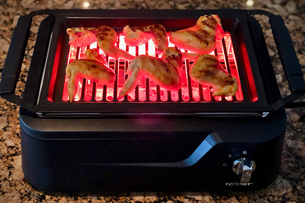 reviewing wings grilling on the Tenergy redigrill indoor grill