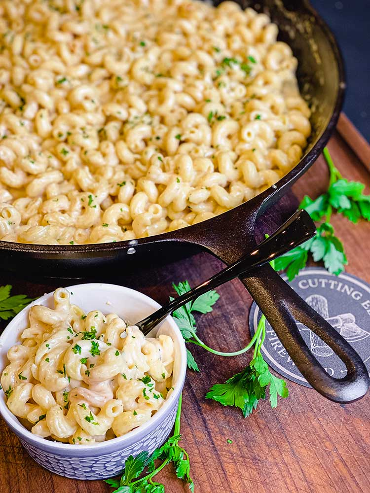 smoked mac n cheese in bowl and ready to serve from skillet